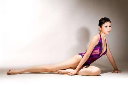 body slim: asian jeune femme en maillot de bain avec la figure du corps mince et long de belles jambes Banque d'images