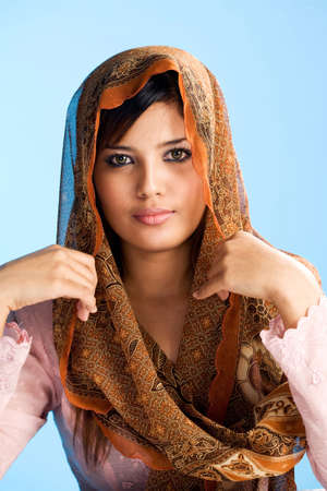 head wear: bellissima giovane donna musulmana in testa e sciarpa tradizionali usura