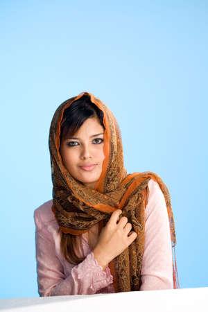 femmes muslim: belle jeune femme musulmane en foulard traditionnel et l'usure