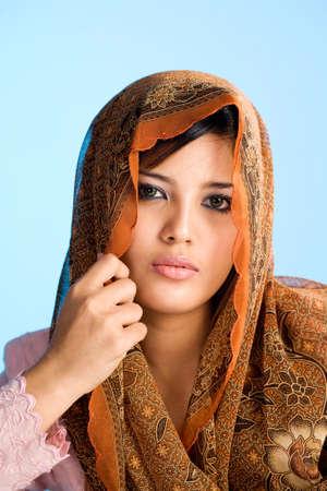 head wear: bella giovane donna musulmana in testa e sciarpa tradizionale usura
