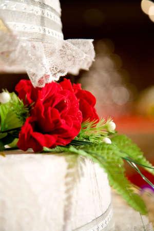 capas de pastel de bodas con decoración floral de color rojo Foto de archivo - 3585650