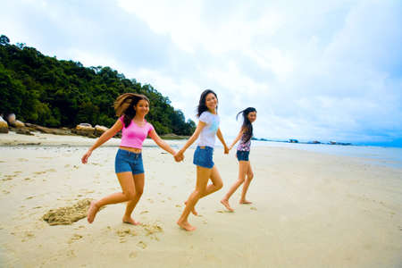 girls holding hands: grupo de ni�as de Asia mano divertirse en la playa