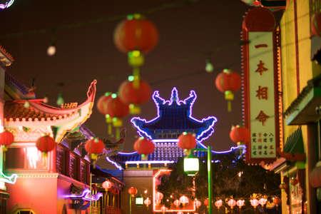 Chinatown Los Angeles bij Nacht gebouwen en verlichting.