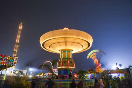 Blick hinauf zu dem Karussell Kettenkarussell Carnival Midway in der Nacht Standard-Bild - 13140908