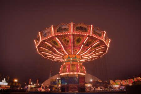 Blick hinauf auf dem Karussell Schaukel Fahrt Carnival Midway in der Nacht Standard-Bild - 13140905
