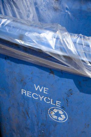 """Blau-Recycling-Container mit den Worten: """"Wir bereiten"""" und das Recycling-Logo auf der Seite gedruckt. Standard-Bild - 11304168"""