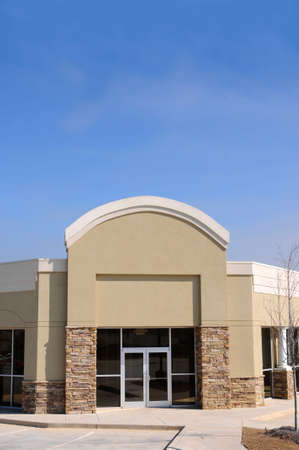 사무실 및 소매 공간을 갖춘 새로운 상업용 건물 스톡 콘텐츠