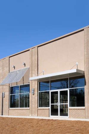 Nieuw Commercieel gebouw met kantoor-en winkelruimte Stockfoto