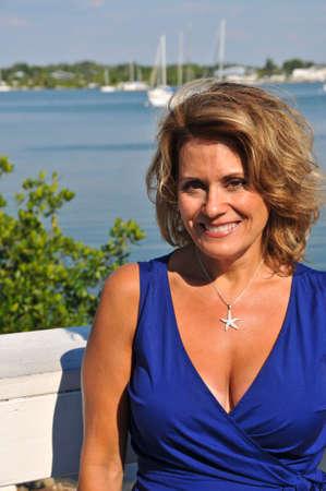 Aantrekkelijke rijpe vrouw in Blue zomer jurk