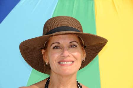 魅力的な女性を着て夏用帽子