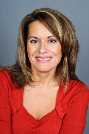赤いセーターの魅力的な女性