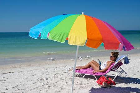 女性のビーチを楽しむ 写真素材