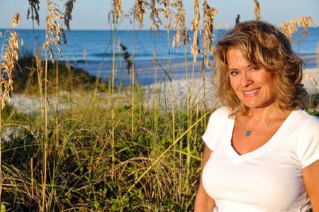 일출 해변에서 매력적인 여자 스톡 콘텐츠