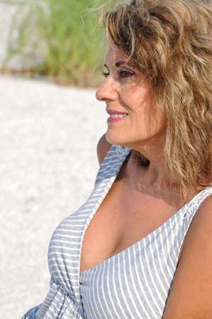 sundress에 매력적인 여자의 초상화