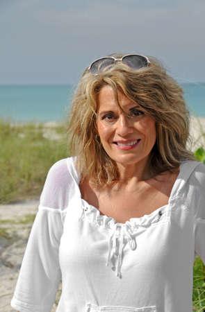 Outdoor Portret van een aantrekkelijke vrouw Stockfoto