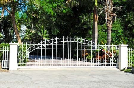 スライド式住宅のセキュリティ ゲート システム 写真素材