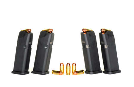 読み込まれた高容量拳銃雑誌と弾丸