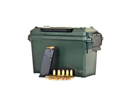 読み込まれた高容量拳銃と弾丸の弾薬箱