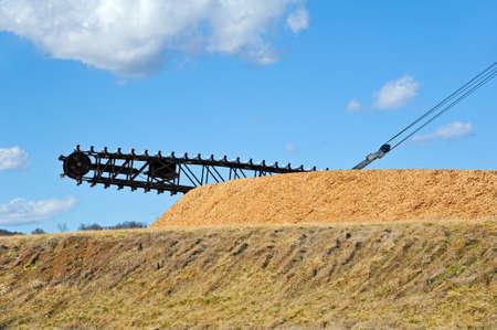 製紙工場での材料の回収便とスクレーパー チェーン リクレーマ ブーム