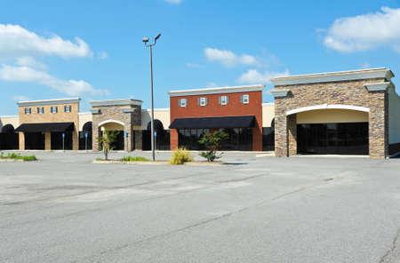 小売販売またはリースのために利用できるオフィス スペースと新しい商業ビル 写真素材