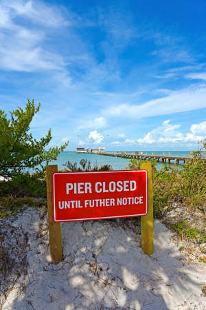 ANNA MARIA, FL - October 2,  2017: Anna Maria Historic Pier is closed after being extensively damaged by Hurricane Irma. Foto de archivo - 96499072
