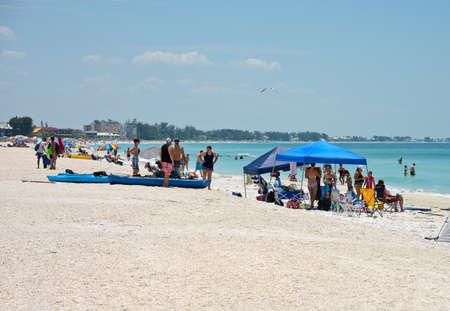 Holmes Beach, FL / USA -April 29, 2018:  Crowds of People on the Beach Enjoying the Beautiful Florida Beach 版權商用圖片