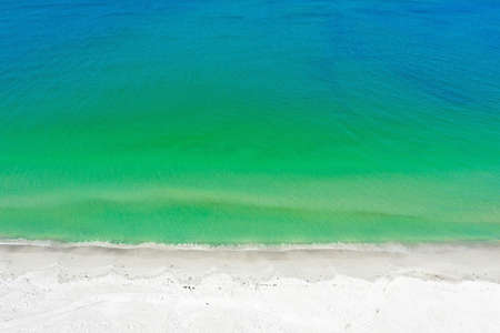 Aerial Photo of the Beach of Anna Maria Island with the Ocean Surf Coming Ashore. 版權商用圖片