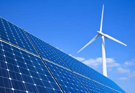 MOLINOS DE VIENTO: Los paneles solares y turbinas de viento contra el cielo azul Foto de archivo