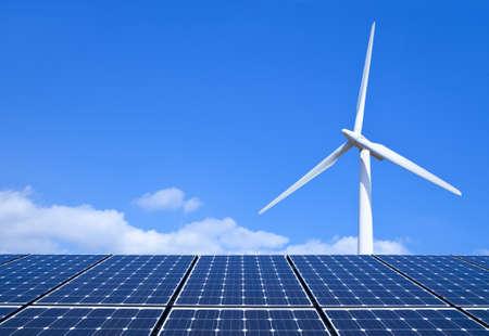 molino: Los paneles solares y turbinas de viento contra el cielo azul Foto de archivo