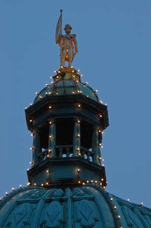 유럽의: golden european statue on the dome