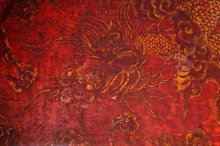 muralla china: Pintura de oro de �poca antigua de drag�n chino en la pared de madera roja