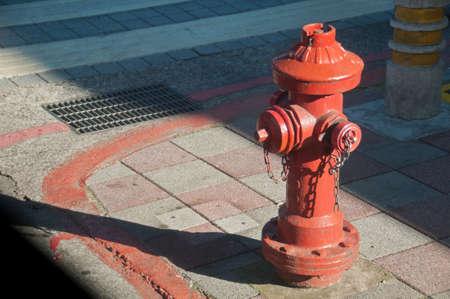 bombero de rojo: Tubería de agua bombero Roja en la ciudad