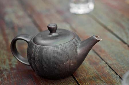 chinese tea pot: Tradicional olla de t� chino en mesa de madera Foto de archivo