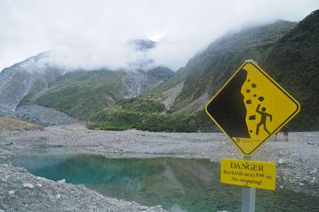 ニュージーランド湖の落石に注意の警告看板 写真素材 - 90056024
