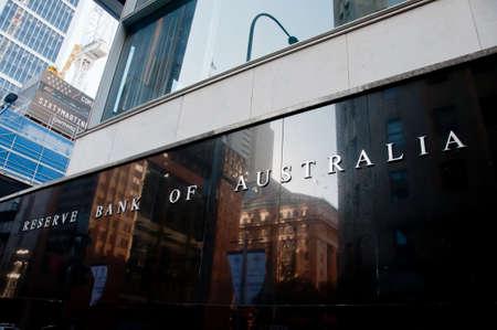SYDNEY, AUSTRALIA - 5 MAGGIO 2018: Reserve Bank of Australia edificio nome sul muro di pietra nera nel centro di Sydney NSW Australia.