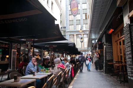 MELBOURNE, AUSTRALIA - JULY 26, 2018: People eat in Degraves lane in Melbourne Australia 新聞圖片