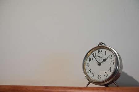 Reloj dorado vintage clásico sobre una mesa con copyspace