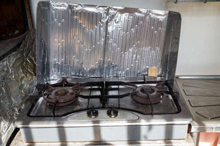 Gas stove and Aluminium Foil Plate Gas Stove Oil Splatter Screens Cooking Insulate Splash Proof Baffle Plate Kitchen Tools Banco de Imagens