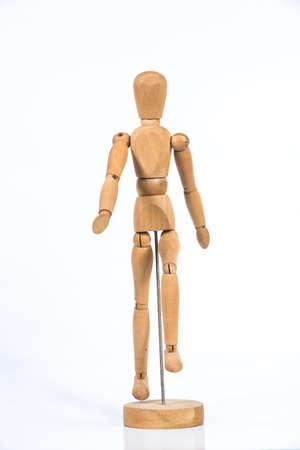 Figure en bois stand isolé sur fond blanc