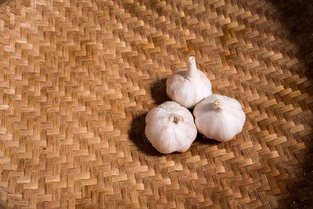 Garlic on rattan basket background, Garlic on wicker basket background, Top view Zdjęcie Seryjne - 129766089