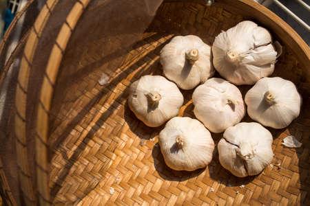 Garlic on rattan basket background, Garlic on wicker basket background, Top view Zdjęcie Seryjne - 129766099