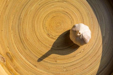 Garlic on wood tray background, Garlic on wood plate background, Top view Top view Zdjęcie Seryjne