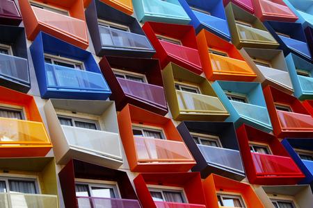 Abstrakte bunte architektonische Objekte. Gelbe rote grüne blaue rosa weiße Blöcke mit pantone Farbveränderung. Standard-Bild