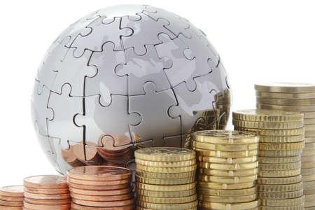 economie: Metalen puzzel globe met euromunten op witte achtergrond