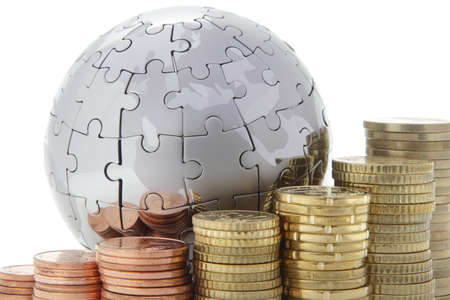economia: Mundo de metal rompecabezas con monedas de euro en fondo blanco