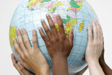 educacion ambiental: Personas que tienen hasta un globo  Foto de archivo