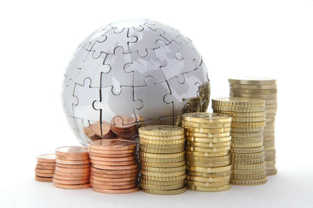 Bank Światowy: Globus ukÅ'adanki metalu z monety euro na biaÅ'ym tle