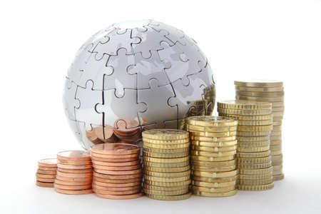 banco mundial: Mundo de metal rompecabezas con monedas de euro en fondo blanco