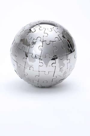 entreprise puzzle: Puzzle m�tal globe isol� sur fond blanc