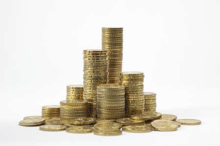 Stapels euro-muntstukken op witte achtergrond